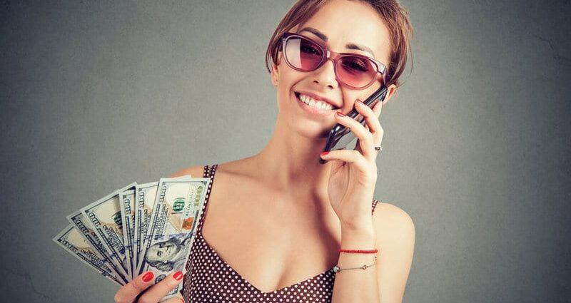 free robo advisor - woman holding cash