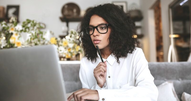 beginner robo advisors-young woman with computer